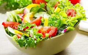 Kroatische broodjes met salade en knoflookyoghurt